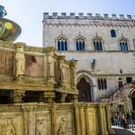 Perugia, p.zza 4 Novembre, la famosa fontana e, alle spalle, il palazzo dei Priori